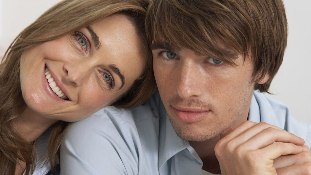 Поза молодой парень и женщина фото девушка сиськи