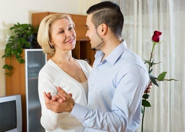 длительно отношения зрелой женщины к молодому парню был отчаянии